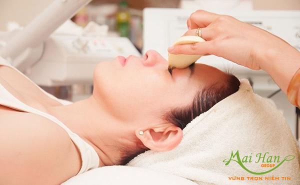 Dịch vụ spa trị mụn hiệu quả với máy ánh sáng sinh học mang đến làn da mịn màng cho chị em