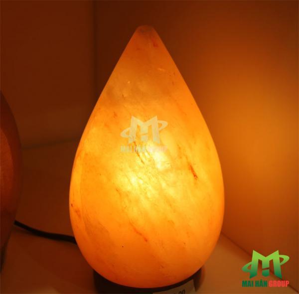 Đèn đá muối hình giọt nước khi được thắp sáng tăng khả năng thanh lọc không khí