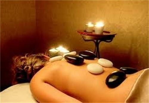 Massage kết hợp đá nóng với đá lạnh